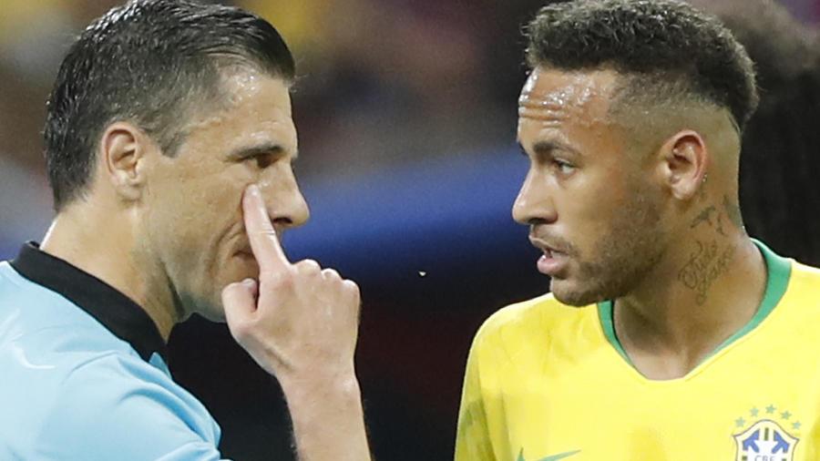 El árbitro Milorad Mazic hace un gesto al brasileño Neymar en el encuentro contra Bélgica.