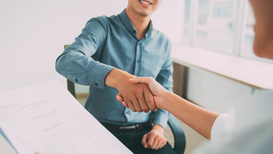 Hombre dando la mano a empleador