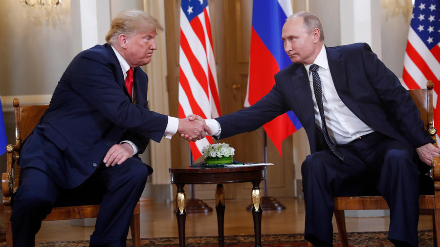 El presidente Donald Trump y su homólogo Vladimir Putin en su primera cumbre formal realizada en el Palacio Presidencial en Helsinki, Finlandia el 16 de julio de 2018