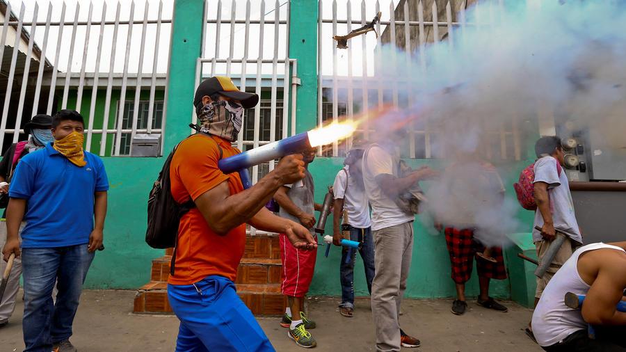 Manifestantes opositores al gobierno de Daniel Ortega se enfrentan a policías en Masaya, Nicaragua