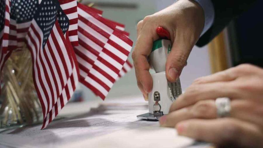 """La nueva medida da los oficiales de inmigración """"discreción total"""" para denegar solicitudes sin dar oportunidad a presentar más pruebas."""