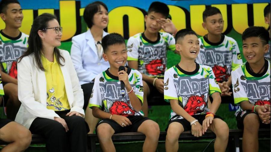 Los 12 niños tailandeses y el entrenador cuentan su experiencia tras más de dos semanas atrapados en una cueva en Tailandia.