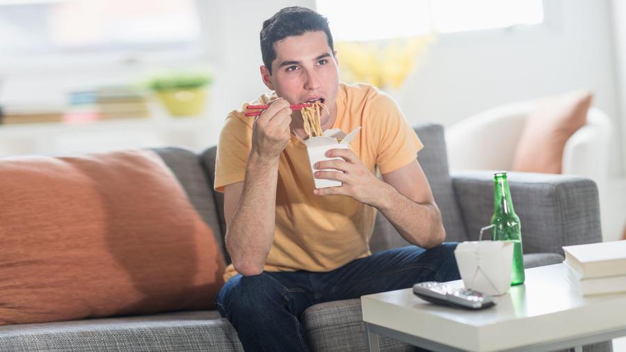 Hombre cenando