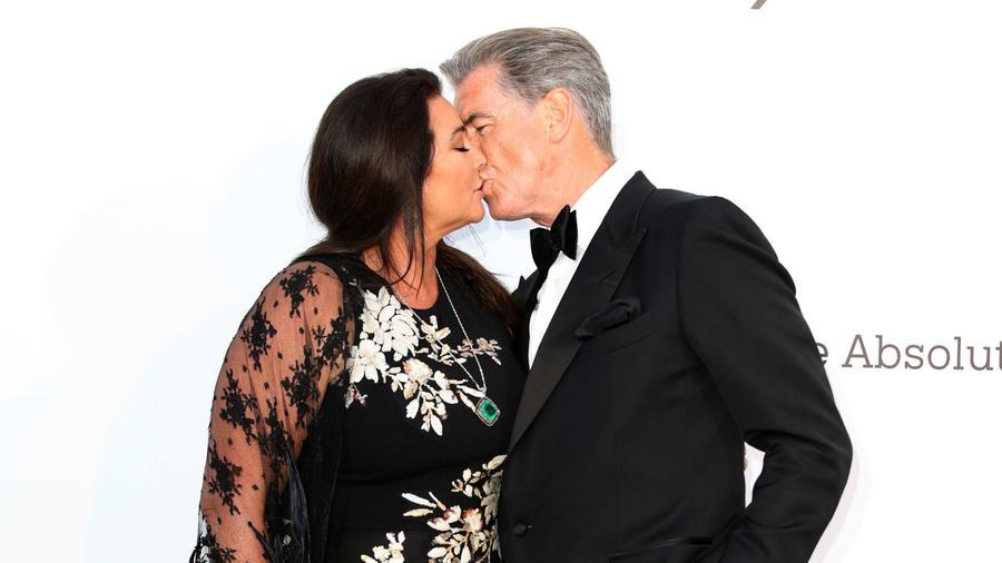 Pierce Brosnan besando a Keely Shaye Smith