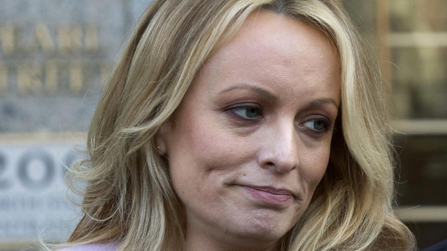 En esta foto del 16 de abril del 2018, la actriz pornográfica Stormy Daniels habla afuera de una corte federal en Nueva York.