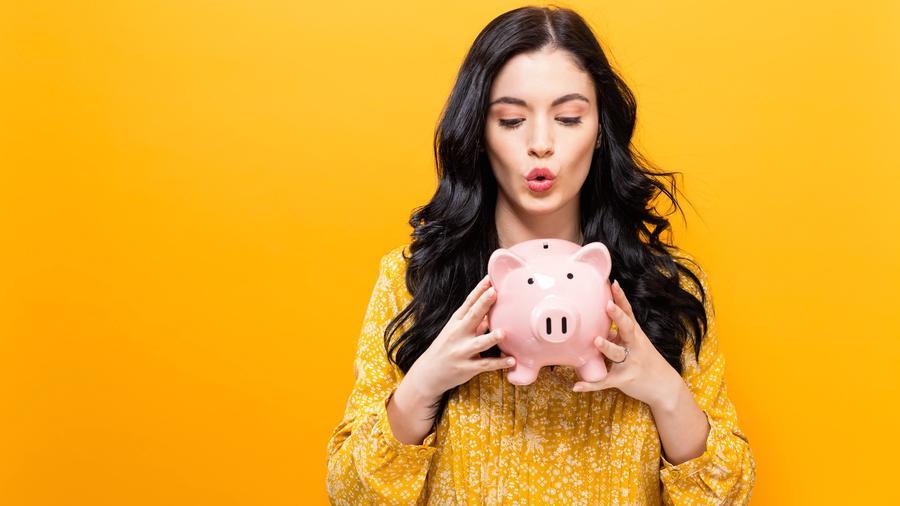 Mujer con cerdito para dinero