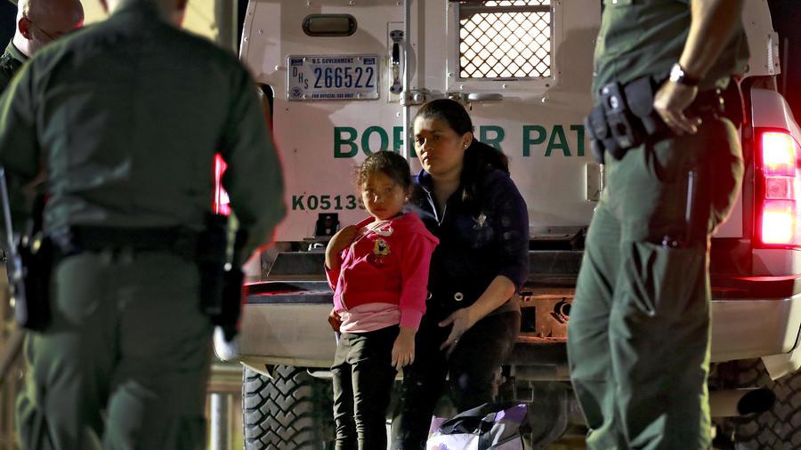 Una mujer hondureña y su hija de cinco años son detenidas por agentes de inmigración en San Luis, Arizona, el 18 de julio del 2018.