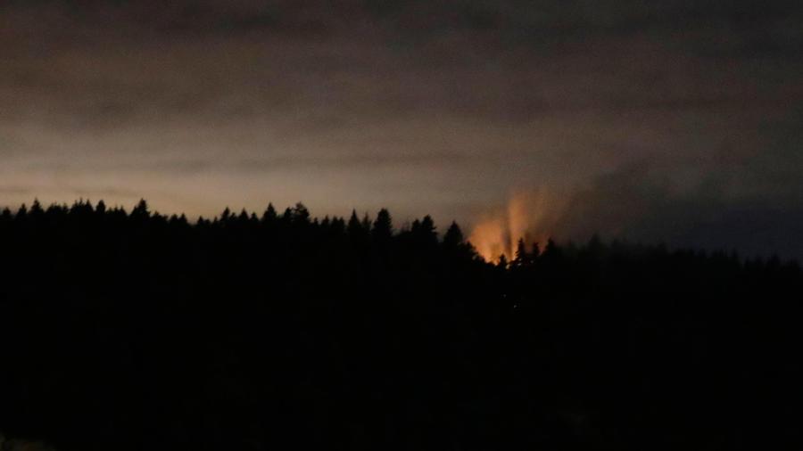 Llamas después de que avión de Alaskan Airlines que robó un empleado se estrella cerca de Seattle