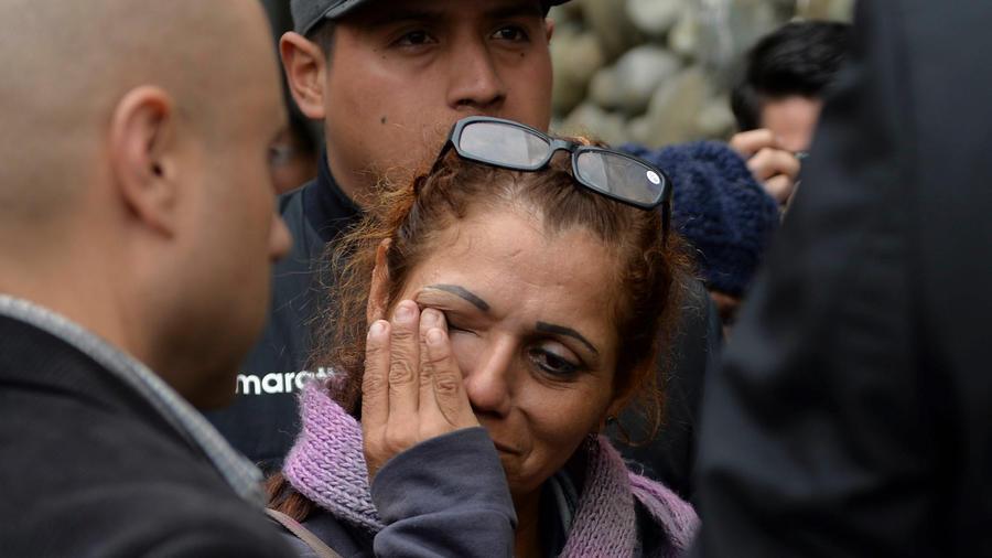 Uma mujer llora por su familiar víctima del accidente de un bus en Ecuador