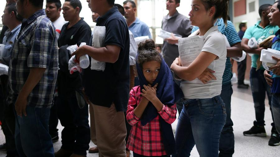 Una madre y su hija de Honduras son liberadas de su detención junto con otras familias indocumentadas en una estación de autobuses en McAllen, Texas, el 27 de julio de 2018.