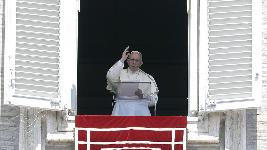 El papa Francisco bendice a los fieles durante la oración del Angelus, en la Plaza de San Pedro, en el Vaticano, el 19 de agosto de 2018.