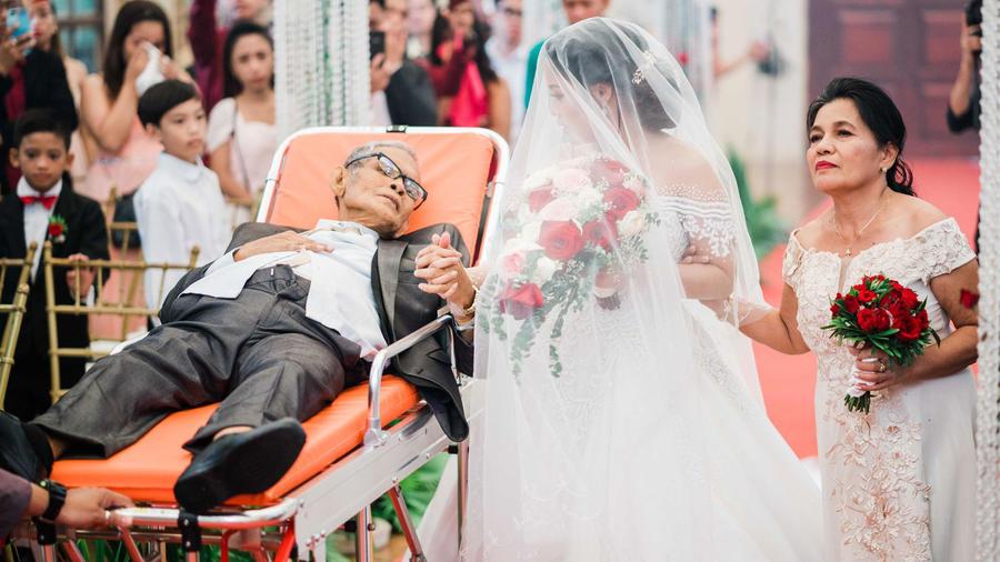 Padre acude a boda de hija