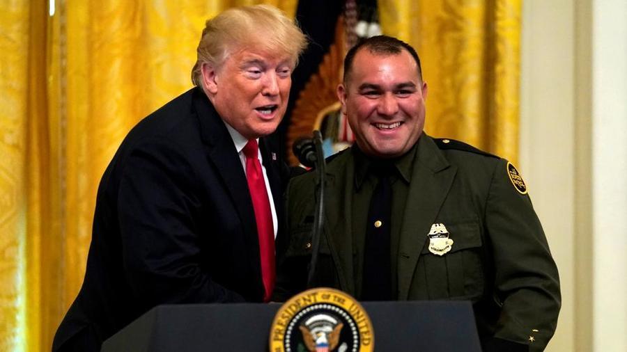 Donald Trump este lunes con el agente fronterizo, Adrián Anzaldúa.