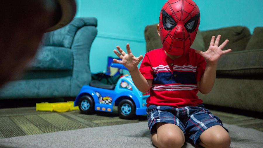 Un niño disfrazado de Batman en un centro de acogida. Imagen de archivo