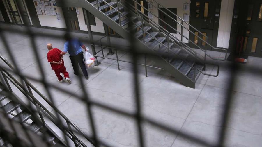 Un guardia traslada a un inmigrante detenido en una cárcel de California.