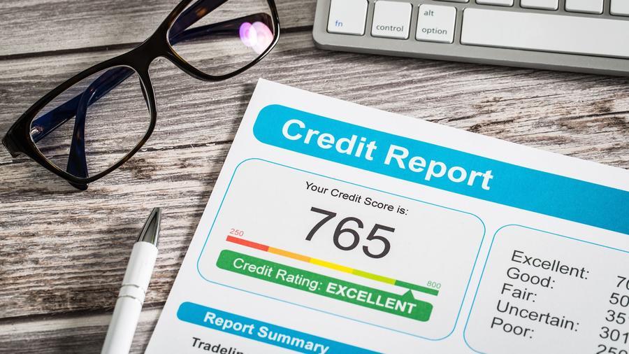 Informe de crédito sobre mesa