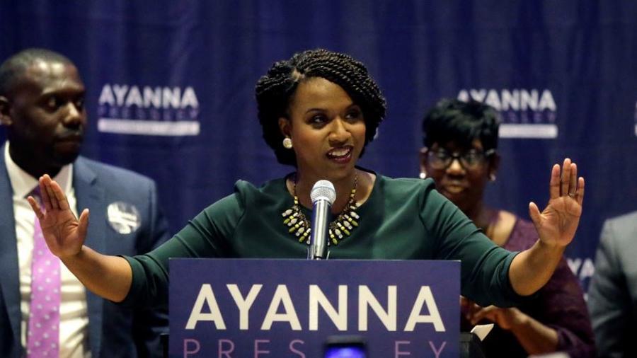 La concejal de la ciudad de Boston, Ayanna Pressley, celebra su victoria sobre el representante de los EE. UU. Michael Capuano, en las primarias demócratas