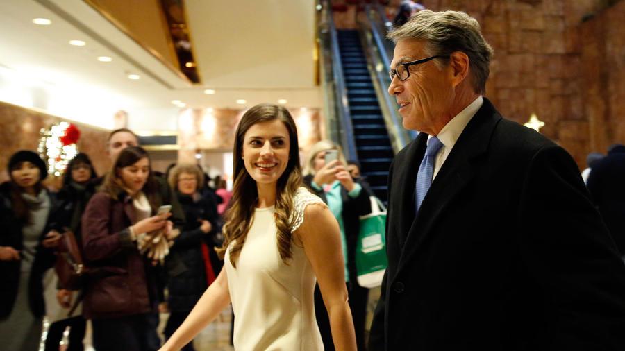 El ex gobernador de Texas Rick Perry, a la derecha, ingresa a Trump Tower con la ayudante de Trump Madeleine Westerhout, el lunes 12 de diciembre de 2016 en Nueva York. AP / Kathy Willens