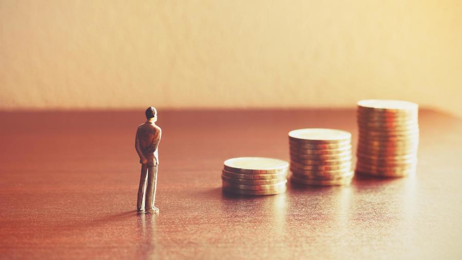 Hombre y monedas