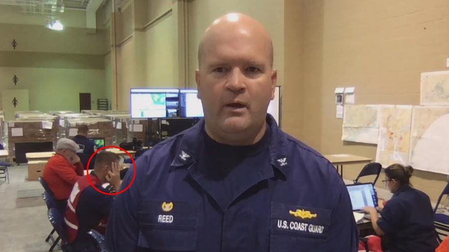 Captura de pantalla que muestra al miembro de la Guardia Costera que hace el supuesto gesto ofensivo.
