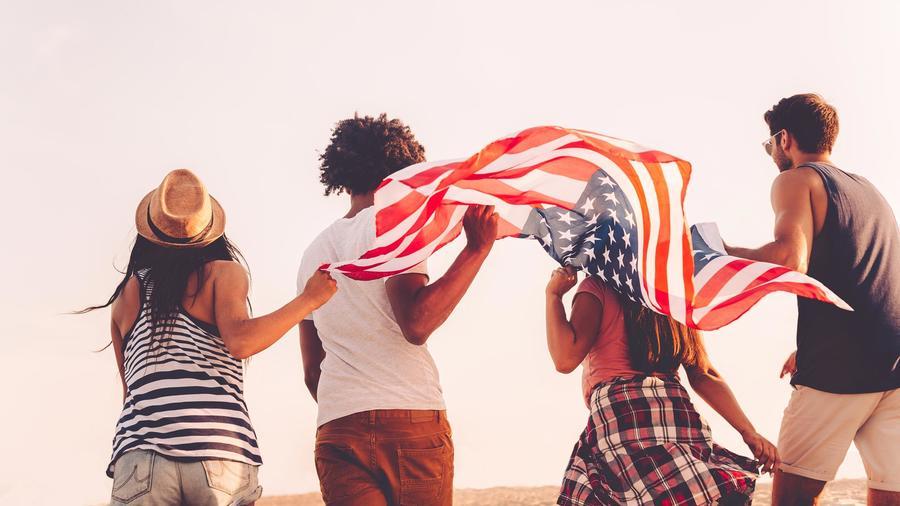 Jóvenes con bandera de Estados Unidos
