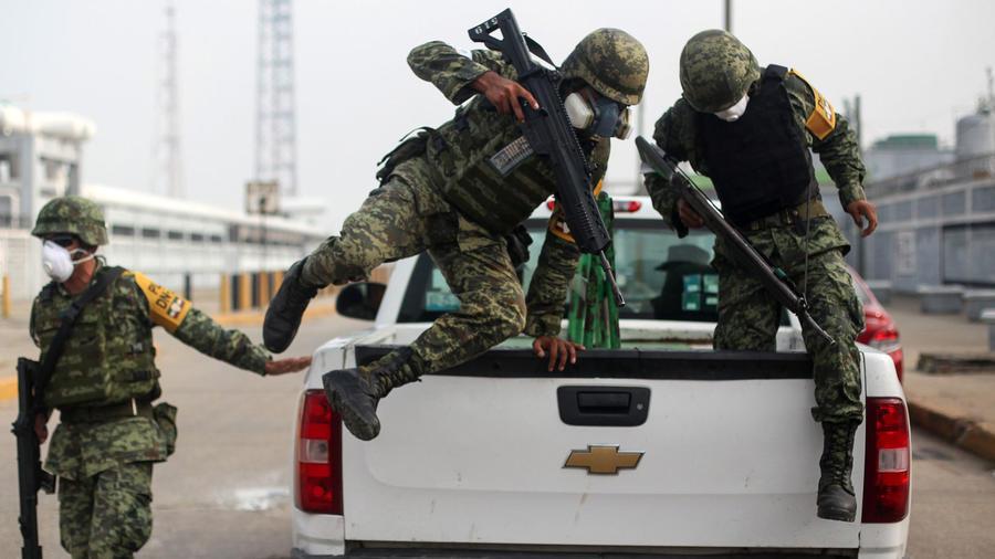 Tres miembros del Ejército de México en una imagen de archivo