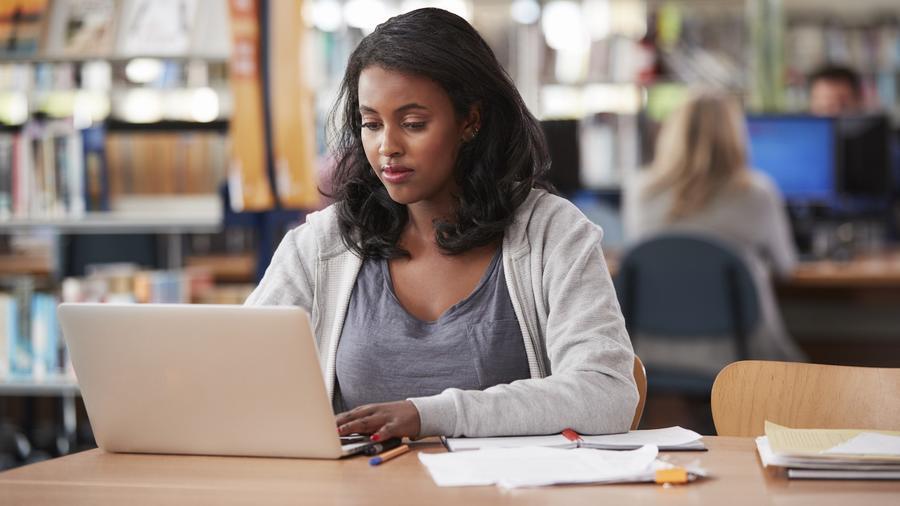 Joven estudiante usando computadora