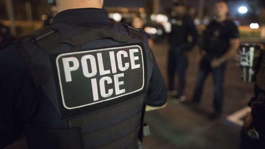 Foto de archivo de agentes de ICE en redada