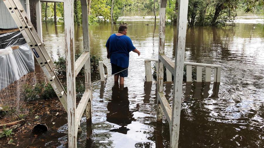 Un hombre en iglesia en Carolina del Sur mira la crecida de las aguas tras el paso del huracán Florence