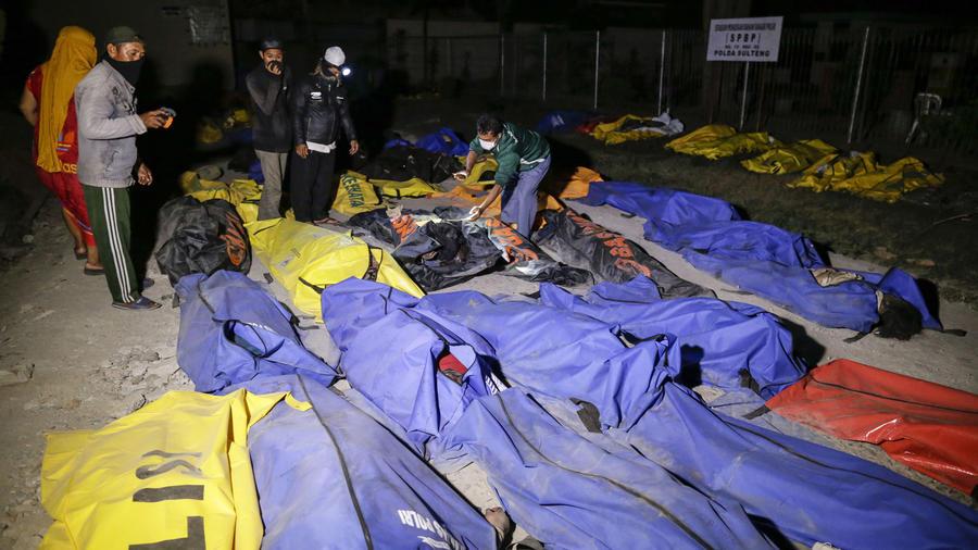 Cadáveres tras terremoto y tsunami en la Indonesia