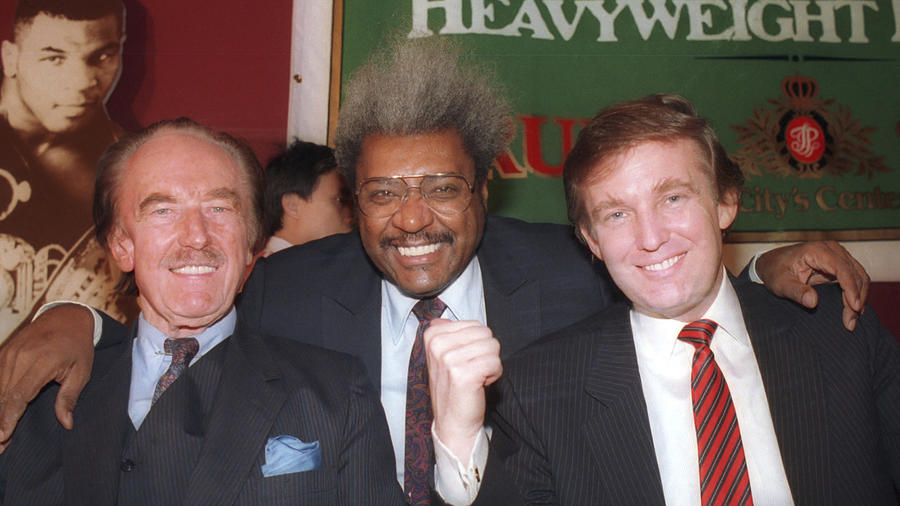 Donald Trump (a la derecha), con su padre, Fred (a la izquierda), y el promotor de boxeo Don King, en Atlantic City en diciembre de 1987.