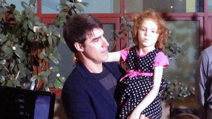 Foto de archivo de Sofía Jarvis junto a su padre en California. La niña padece de una condición parecida a la Poliomielitis que le dejó el brazo izquierdo paralizado.