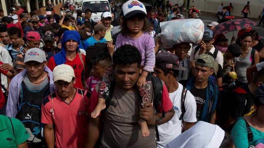 Inmigrantes hondureños este martes en Chiquimula, Guatemala, integrantes de la caravana que se dirige a EE. UU.