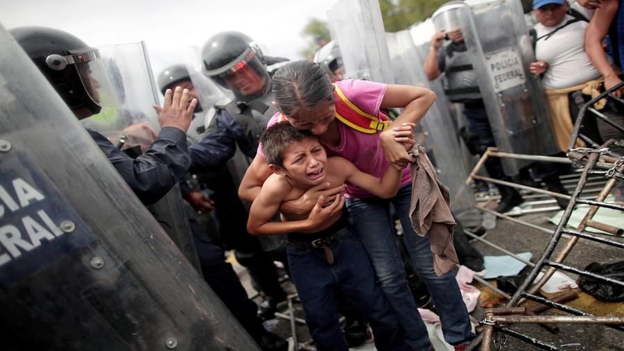 Una inmigrante hondureña hace todo para cruzar la frontera de  Hidalgo con Guatemala junto con su hijo.