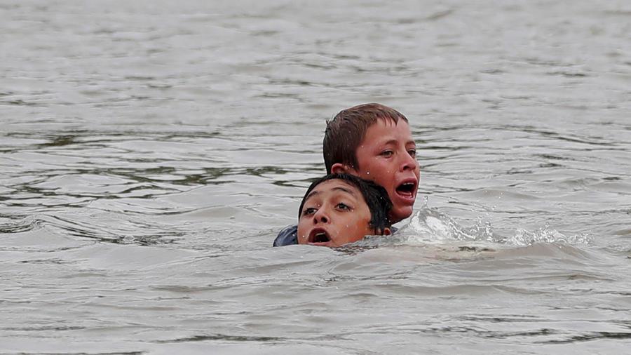 Niños que fueron lanzados al río Suchiate para llegar a México tuvieron que ser rescatados por miedo a que se ahogaran