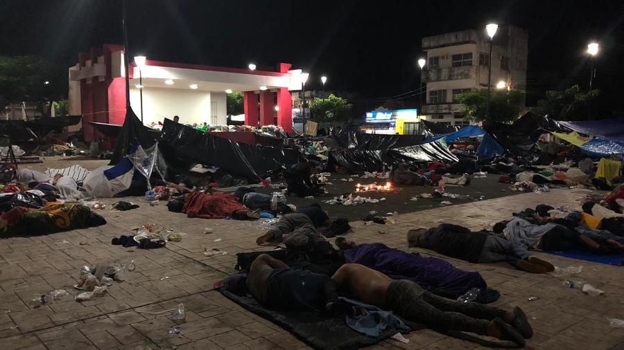 Integrantes de la caravana migrante pasan su segunda noche en suelo mexicano a ras de suelo en Huixtla, Chiapas.