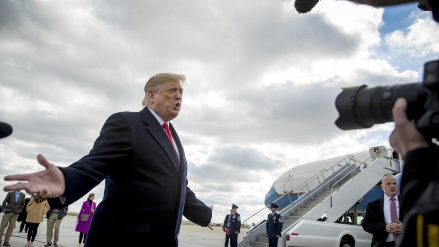 Donald Trump antes de subir al avión presidencial para viajar a Indiana, en donde habló en un acto político