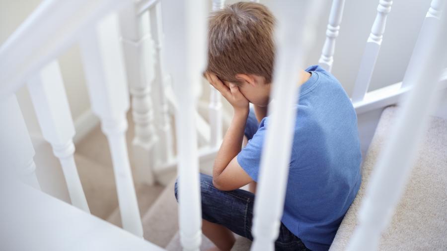 Niño sentado en escaleras