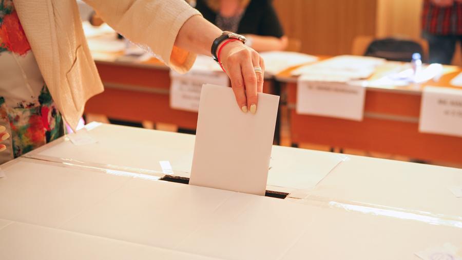 Mujer votando