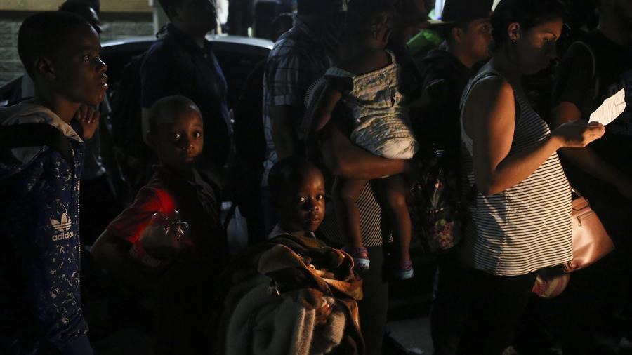 Niños migrantes viajan con sus padres