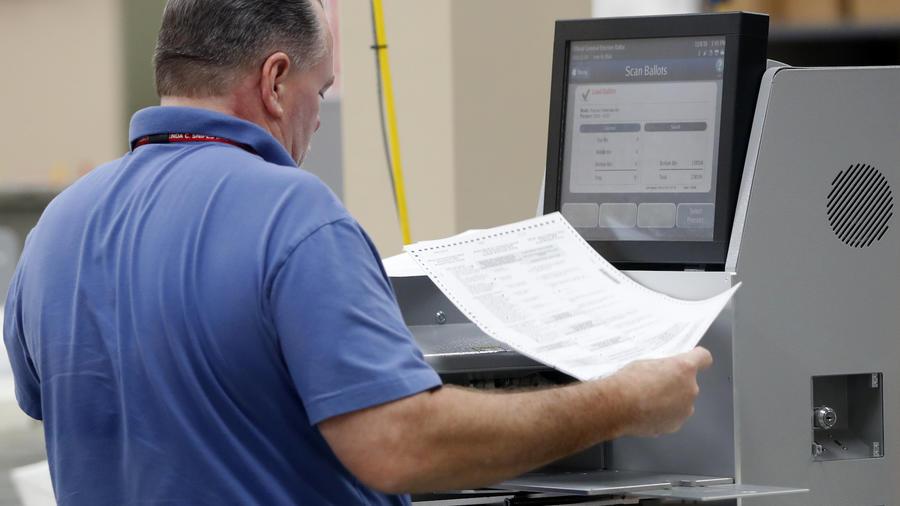 Un oficial del condado de Broward cuenta los votos en la tarde del jueves en Florida.