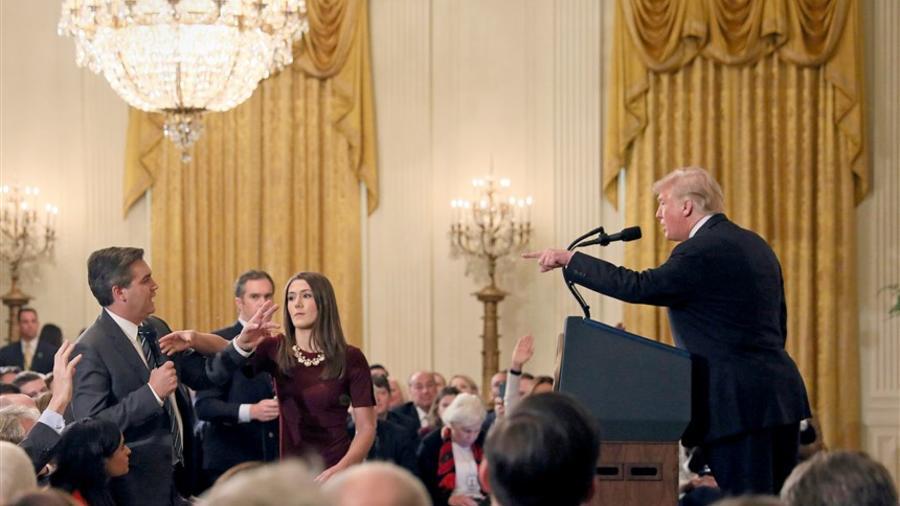 Un miembro del personal de la Casa Blanca busca el micrófono que tiene Jim Acosta de la CNN mientras cuestiona al presidente Trump, durante una conferencia de prensa en la Casa Blanca en Washington el 7 de noviembre de 2018