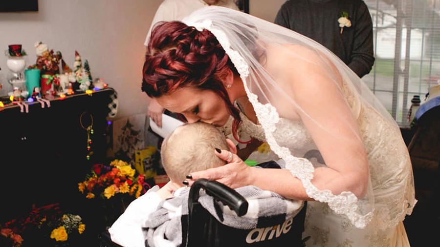 Niño acompaña a su mamá al altar