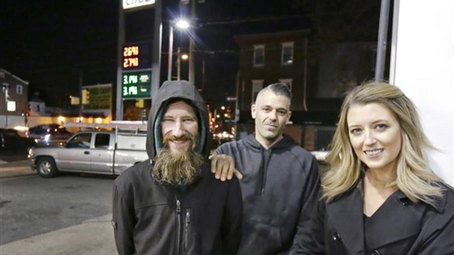 Mark D'Amico y Kate McClure junto al desamparado Johnny Bobbitt Jr. (izq)