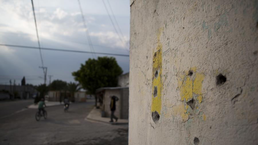 Marcas de impactos de bala en un muro en la intersección donde ocurrió el tiroteo entre militares y civiles que dejó 10 muertos en Palmarito