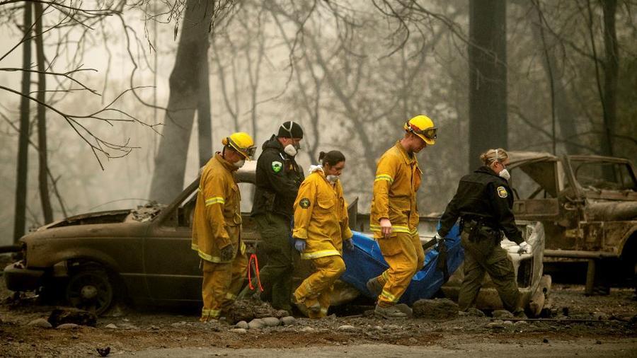 Los bomberos recuperan el cuerpo de una víctima de Camp Fire en Holly Hills Mobile Estates este miércoles en Paradise, California.