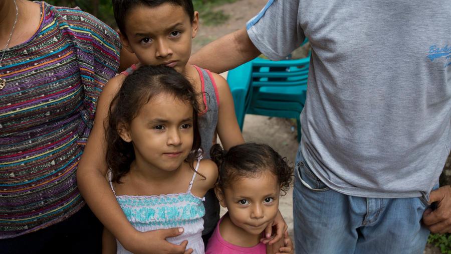 Tres hermanitos se quedaron con su abuelita en San Pedro Sula, Honduras, mientras sus padres partieron en la caravana migrante hacia EEUU