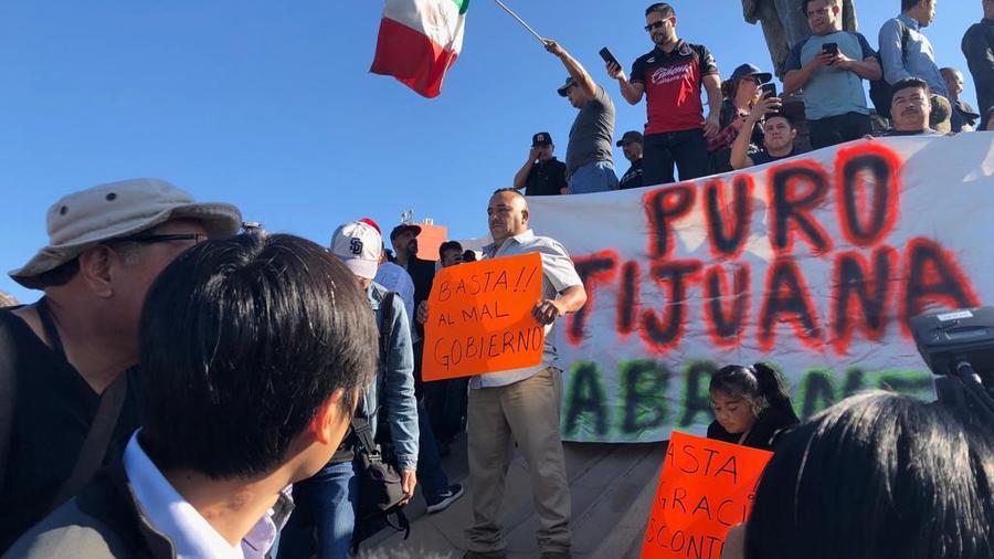 Más de un centenar de personas protestan contra la caravana en Tijuana, México. Gritan fuera a los migrantes porque consideran que algunos son infractores de la ley y pandilleros.