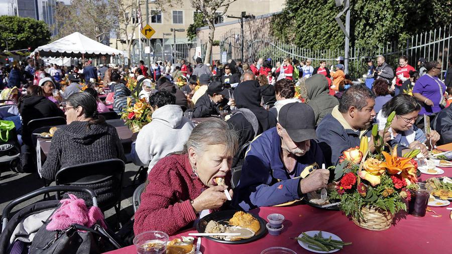 Varias personas disfrutan de un almuerzo por Thanksgiving en la ciudad de Los Ángeles.
