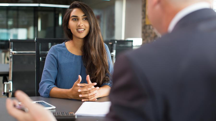 Mujer hablando con su jefe